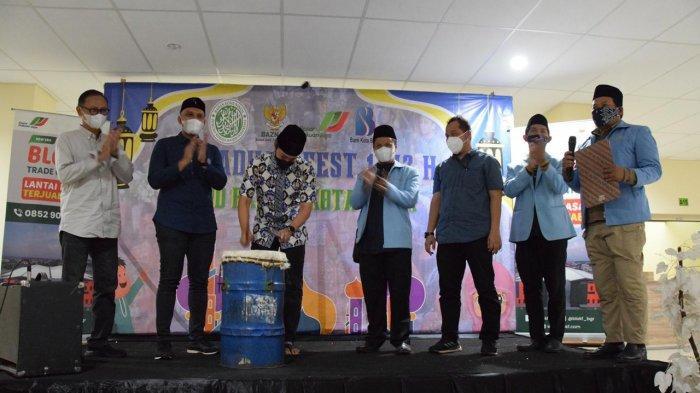 Wakil Wali Kota Bogor, Dedie A Rachim membuka kegiatan Festival Ramadan yang diselenggarakan Badan Komunikasi Pemuda Remaja Masjid Indonesia (BKPRMI) Kota Bogor di lantai dua Blok F Pasar Kebon Kembang, Minggu (9/5/2021) pagi.