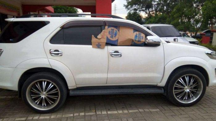 Warga Berebut Ambil Uang Rp 300 Juta yang Dicuri dari Fortuner Saat Berserakan Di Jalan