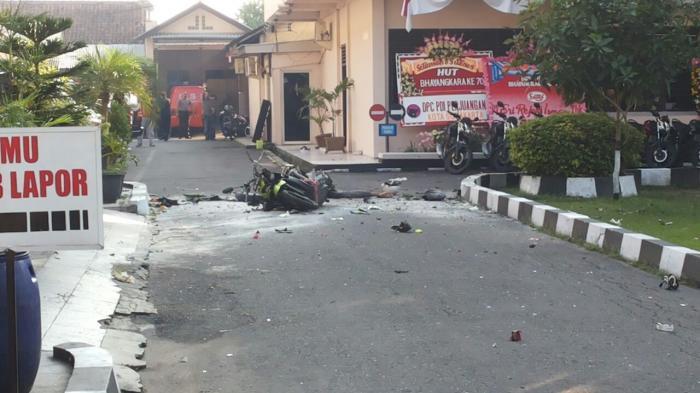 Foto Pelaku Bom Mapolresta Surakarta Tersebar di Jejaring Sosial, Perhatikan Lambang di Bajunya