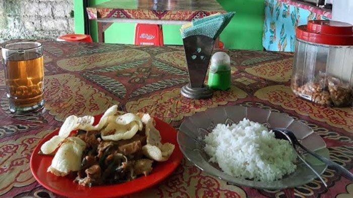 Menu gado-gado paket nasi di warung Gado-gado KM 26 Bogor, Jawa Barat