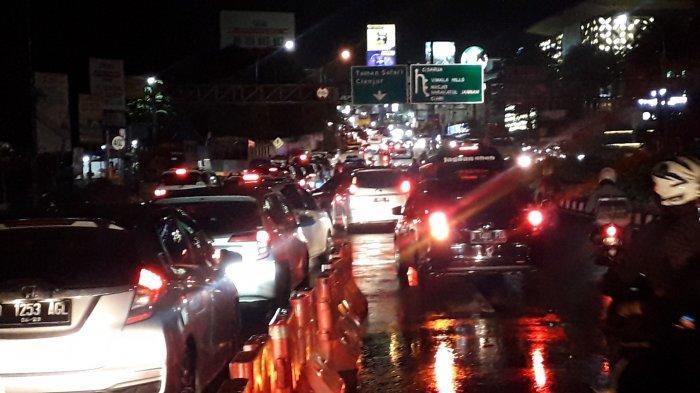 300 Kendaraan Diputar Balik, Arus Kendaraan di Jalan Raya Puncak Bogor Masih Padat Malam Ini