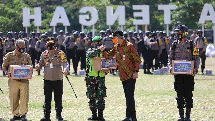 Gubernur Ganjar Pranowo hadir di acara pembagian masker untuk masyarakat dan komunitas di halaman Polda Jawa Tengah, Jumat (18/9). Hadir juga di acara tersebut pimpinan dan anggota Komisi III DPR RI.