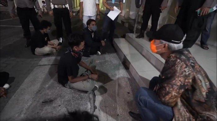 Ikut Duduk Lesehan, Ganjar Pranowo Temui Pendemo Omnibus Law di Mapolrestabes Semarang