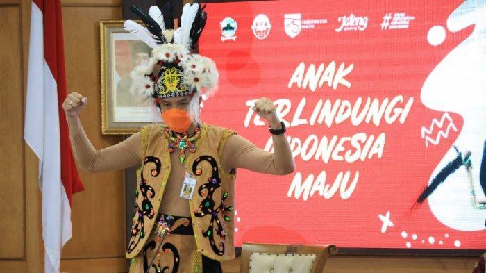 Gunakan Pakaian Adat Dayak saat Hari Anak Nasional, Ganjar Pranowo Minta Anak-anak Jangan Menyerah