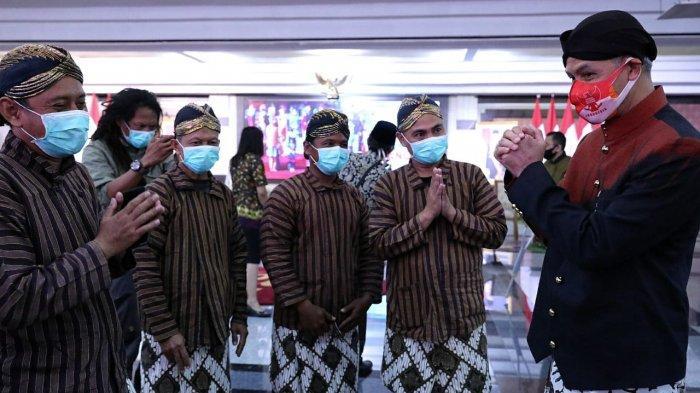 Gubernur Ganjar Pranowo mengikuti peringatan Hari Sumpah Pemuda ke 92 Tahun 2020 yang digelar secara daring, Rabu (28/10). Peringatan di Pemprov Jateng diikuti Forkopimda serta komunitas sahabat difabel.