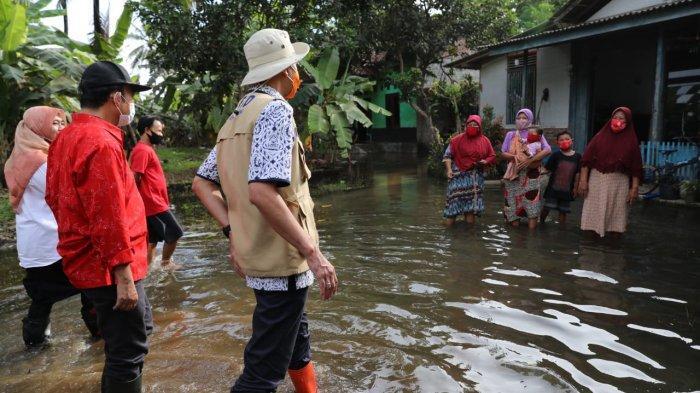 Naik Perahu Karet, Ganjar Pranowo Temui Warga Terisolir Akibat Banjir di Banyumas, Begini Kondisinya