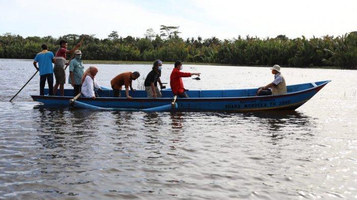 Menggunakan perahu karet, Gubernur Jateng Ganjar Pranowo meninjau korban banjir di Kabupaten Banyumas.