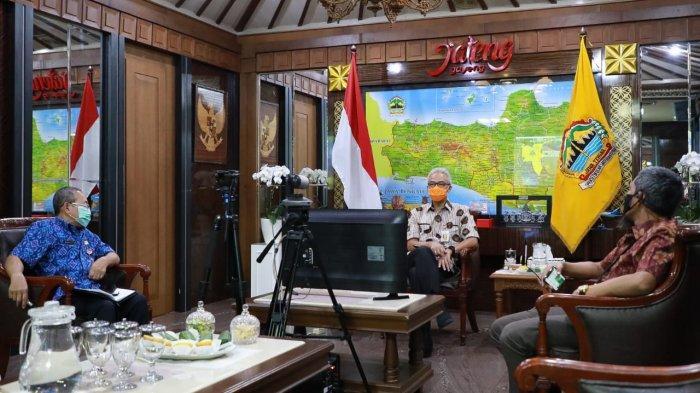 Gubernur Ganjar Pranowo menghadiri dan menerima penghargaan WTP 5x dan Tahun 2019 pada acara Rakernas Akuntansi dan Pelaporan Keuangan Pemerintah Tahun 2020 secara daring di Ruang Kerja Gubernur, Selasa (22/9/2020)
