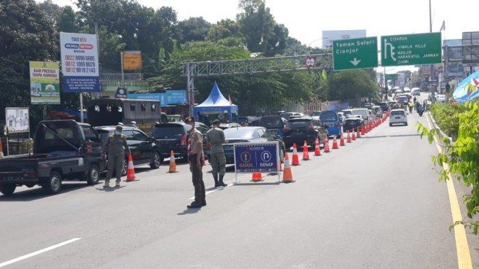 Kondisi pemeriksaan ganjil genap menuju jalur puncak di pintu keluar tol Ciawi, Kecamatan Ciawi Kabupaten Bogor, pengendara yang tidak sesuai aturan diputar balik, Sabtu (11/9/2021).