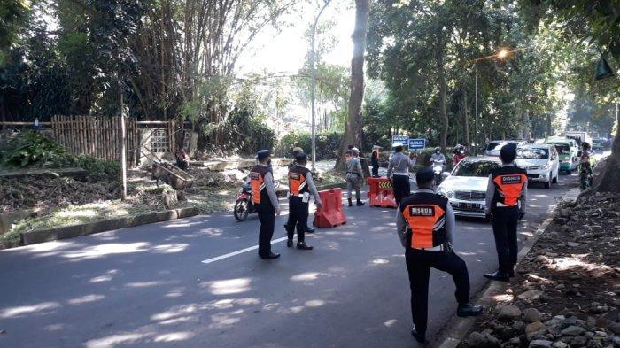 Penerapan Ganjil Genap Pertama di Hari Kerja Saat PPKM Level 4 Bogor, Antrean Kendaraan Mengular
