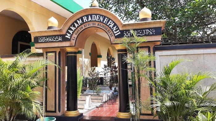 Gapura berwarna cokelat bertuliskan nama makam RH Panji yang berlokasi di Kampung Masjid, Desa Bojonggede, Kecamatan Bojonggede, Kabupaten Bogor.