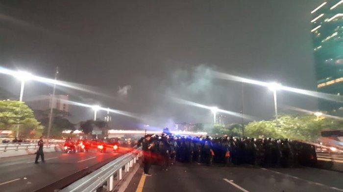 Bubarkan Massa, Polisi Tembakkan Gas Air Mata di Simpang Susun Semanggi
