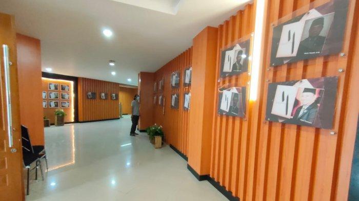 Gedung DPRD Kabupaten Bogor Tampil Nyentrik, Galery Foto Sejarah Mejeng di Selasar Ruang Paripurna
