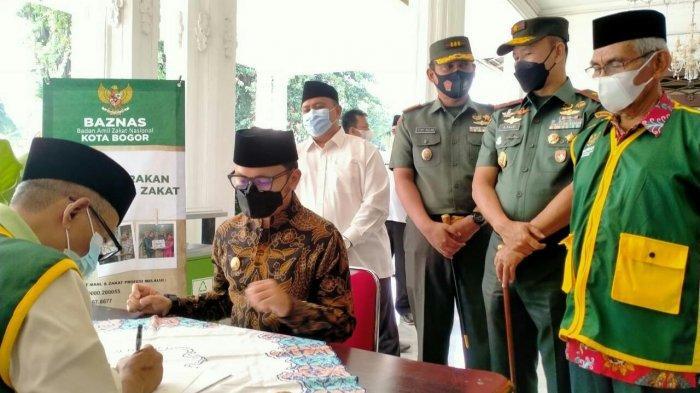 Gerakan Cinta Zakat Kota Bogor, Bima Arya Salurkan Zakat Mal