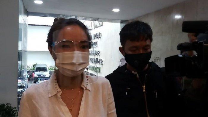 Penuhi Wajib Lapor, Gisel Datang ke Polda Metro Jaya Diantar Wijin