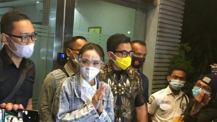 Artis Gisel Anastasia telah menjalani pemeriksaan sebagai tersangka terkait video syur di gedung Ditreskrimsus Polda Metro Jaya, Jumat (8/1/2021).