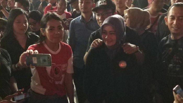 Pakai Baju Hitam, Ridwan Kamil Nonton Konser Guns N Roses Bareng Atalia