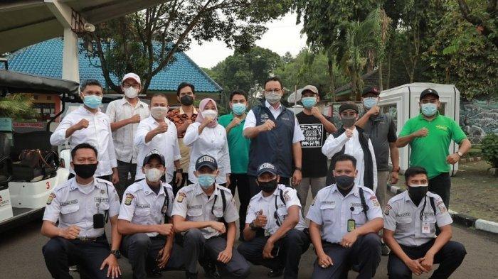 Gubernur DKI Anies Baswedan saat menjenguk dua harimau Sumatera di Taman Margasatwa Ragunan (TMR) yang terpapar Covid-19.