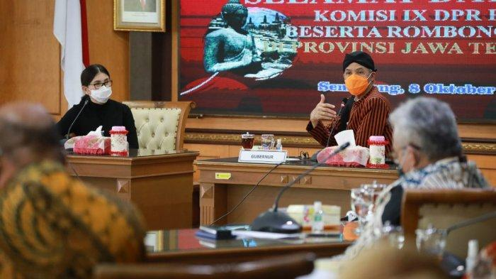 Gubernur Ganjar Pranowo menerima kunjungan kerja Komisi IX DPR RI (Bidang Kesehatan, Ketenagakerjaan, BP2MI, Badan POM, BKKBN, BPJS Kesehatan dan BPJS Ketenagakerjaan) di Ruang rapat Ged. A Lt. 2. Kamis (8/10/2020)