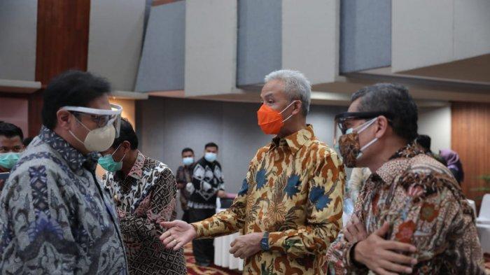 Gubernur Ganjar Pranowo menerima penghargaan TPID Award 2020 dalam acara Rakornas Pengendalian Inflasi Tahun 2020 di Kantor Kemenko Perekonomian, Jakarta, Kamis (22/10). Jawa Tengah menjadi juara di tingkat provinsi se-Jawa Bali