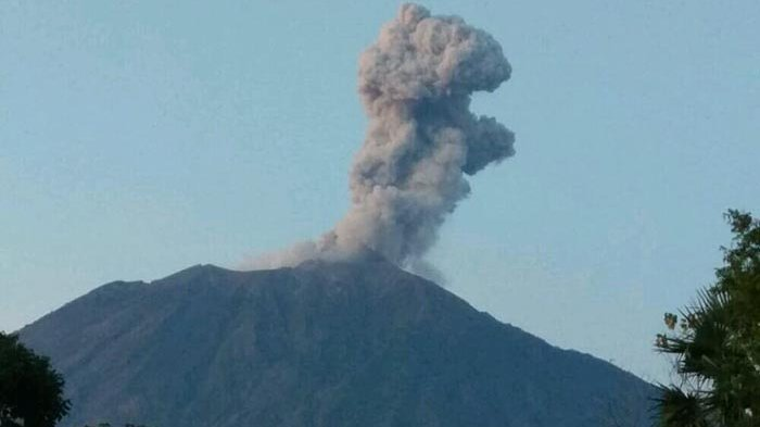 Gunung Agung Kembali Meletus, Wisatawan Dilarang Mendekat hingga Radius 4 Km