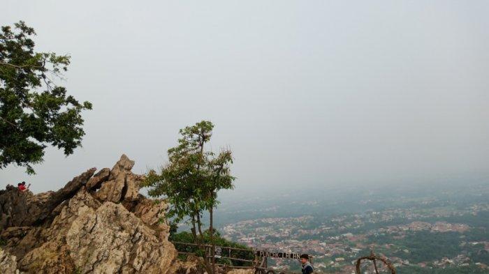 Di Gunung Kapur Ciampea atau Bukit Kapur Ciampea kamu bisa menikmati keindahan alam dari ketinggian.