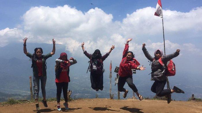 Belajar Naik Gunung Di Puncak Kencana, Track Penyiksaan Terbayar Pemandangan Gagahnya Gede-Pangrango