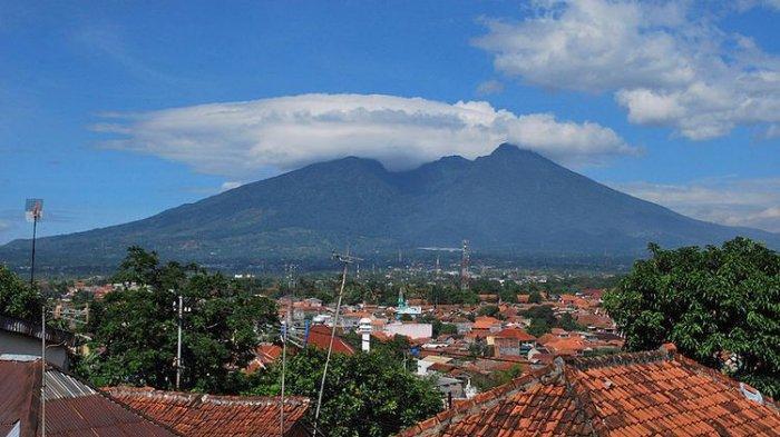 Menikmati Keindahan Gunung Salak sambil Naik Perahu di Setu Tamansari Bogor