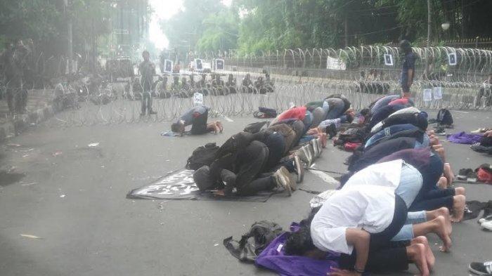 Dijaga Kawat Berduri, Mahasiswa di Bogor Gelar Shalat Berjamaah