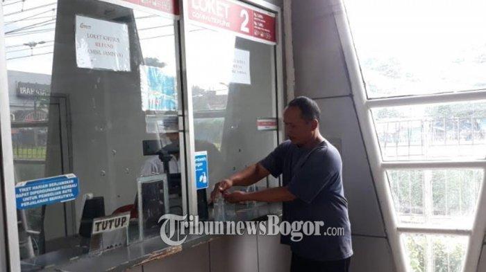 Sebelum Naik Kereta, Penumpang Commuter Line di Stasiun Bogor Cuci Tangan Dulu Pakai Hand Sanitizer
