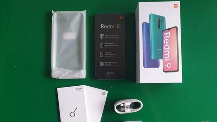 Ilustrasi - Isi kotak kemasan Redmi 9 terdiri dari satu unit ponsel, softcase, kepala charger 10 watt, kabel type-C, SIM ejector, dan buku panduan.