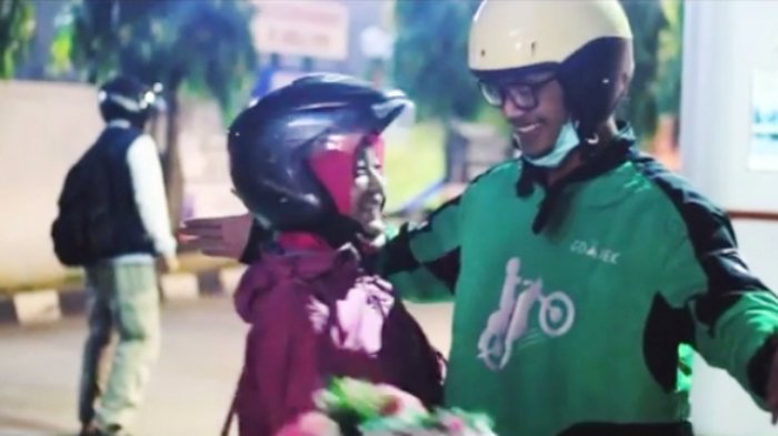 Rayakan Anniversary dengan Pacar, Video Romantis Driver Ojek Online Kasih Kejutan Ini Bikin Baper
