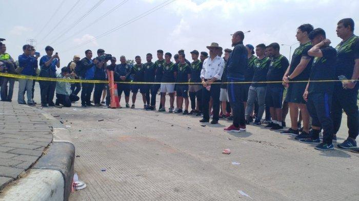 Pemain dan Ofisial Persib Bandung Berdoa di Lokasi Tewasnya Haringga