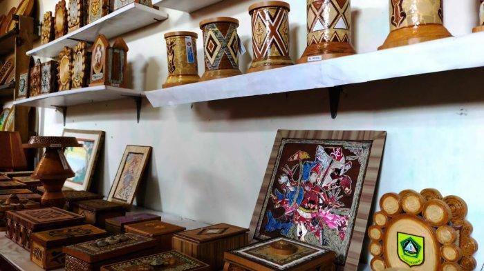 Hasil karya Ahmad Nursyam, pensiunan guru yang berkarya dengan memanfaatkan barang-barang bekas.