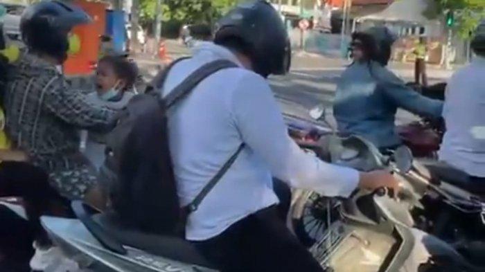 Viral Bocah Nangis Lihat Helm Berwajah Manusia di Jalan, Sampai Teriak Ketakutan Panggil Ibunya