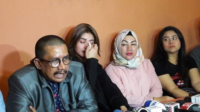 Ceritakan Masalahnya Dengan Kriss Hatta, Hilda Vitria Khan Menangis