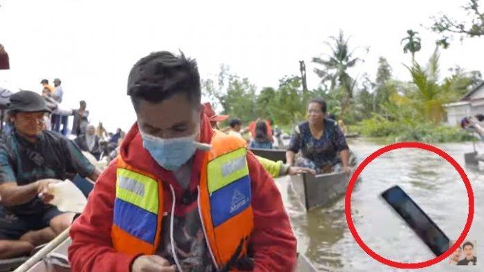 Detik-detik HP Baim Wong Terlempar ke Sungai Kalimantan, Sempat Panik Perahu Tim Akan Terbalik