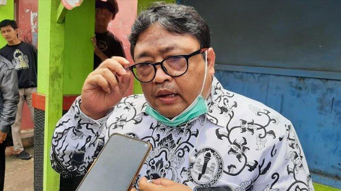 Humas SMAN 1 Cibungbulang, Bambang Sugianto membenarkan bahwa mayat dalam plastik itu merupakan salah satu siswanya yang bernama Desika Putri (18).