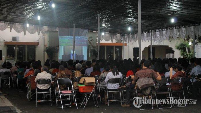 Ibadah Malam Natal di Gereja Zebaoth Berlangsung Khidmat, Jemaat Penuhi Pelataran Gereja