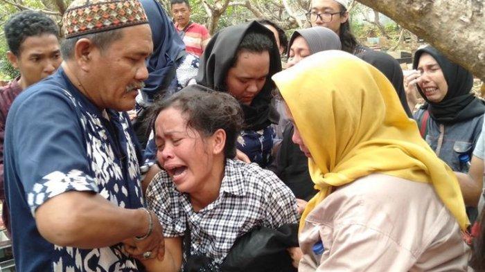 Ibunda Akbar Alamsyah Korban Demo Rusuh Menangis Histeris di Pemakaman : Anak Saya Disiksa