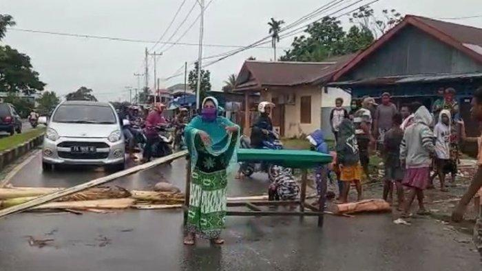 Belum Dapat Bantuan Sembako, Ibu-ibu di Mimika Blokir Jalan Menuju Timika