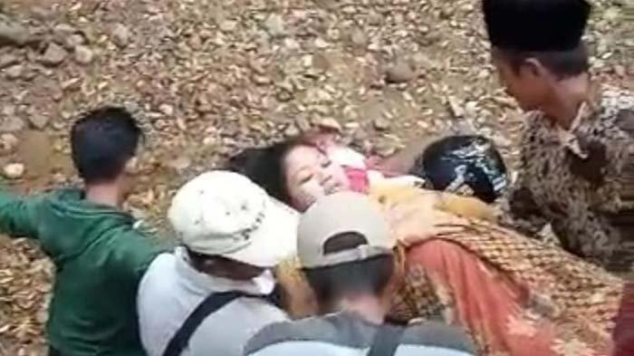 Kisah Wanita Ditandu Lewati Jalur Curam Demi Melahirkan di Puskesmas, Gara-gara Jembatan Dibongkar