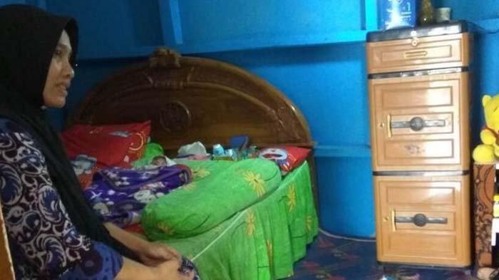 Dedeh dan bayinya saat ditemui di rumahnya, Dusun Pangligaran, Desa Medanglayang, Kecamatan Panumbangan, Kabupaten Ciamis.