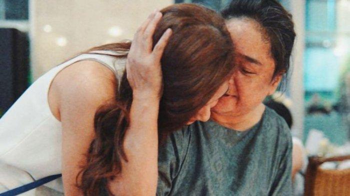 Jenazah Sang Ibu Tiba di Rumah Duka, Mikha Tambayong Menangis Histeris