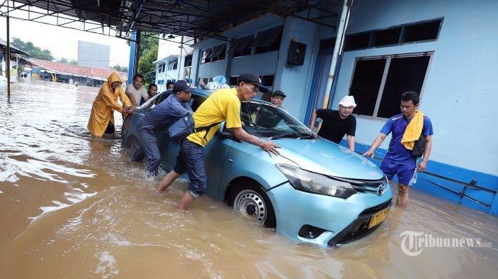 Cara Atasi Mobil Mogok Akibat Banjir, Jangan Paksa Hidupkan Mesin saat Basah