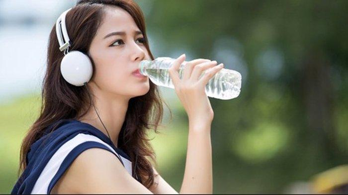 ilustrasi rutin minum air putih