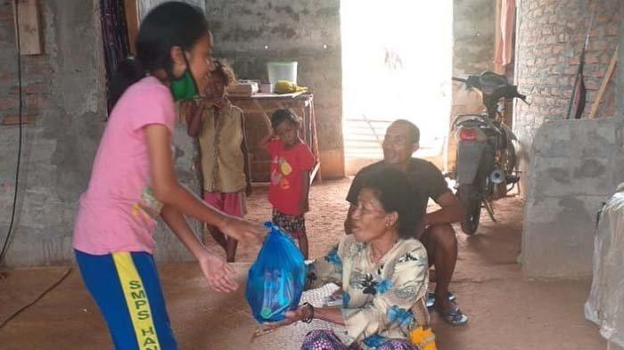 Demi Bantu Warga Terdampak Covid-19, Siswi SMP Ini Rela Bongkar Celengan untuk Beli Sembako