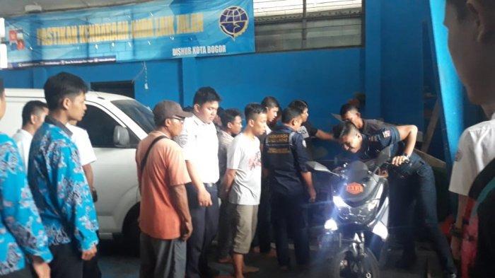 Sedang Uji KIR, Pengemudi Mobil Ini Kejang dan Melaju Tanpa Kendali di Kantor Dishub Kota Bogor