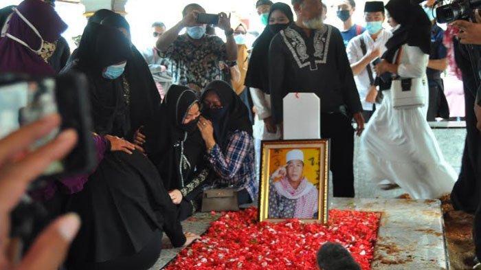 Berusaha Tegar, Istri Anton Medan Terus Pandangi Foto Almarum Sambil Duduk di Samping Nisan