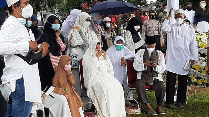 Istri Captain Afwan menangis di Taman Makam Bahagia (TMB) Pondok Rajeg, Cibinong, Kabupaten Bogor.